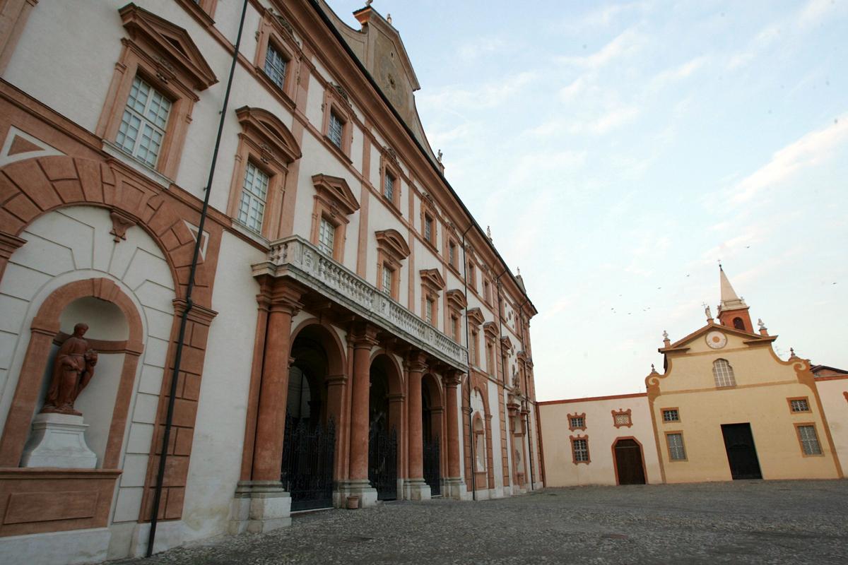 Il Palazzo ducale di Sassuolo e la Chiesa di San Francesco che si affacciano sul piazzale Della Rosa